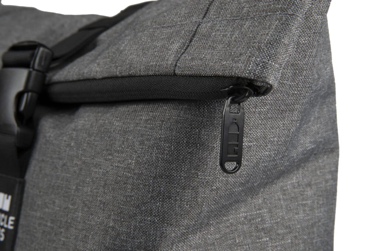 rPET Backpack Roll-top grijs ritsdetail - Yipp & Co